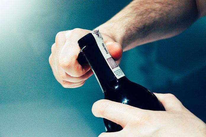 4 sposoby na otwarcie wina bez korkociągu